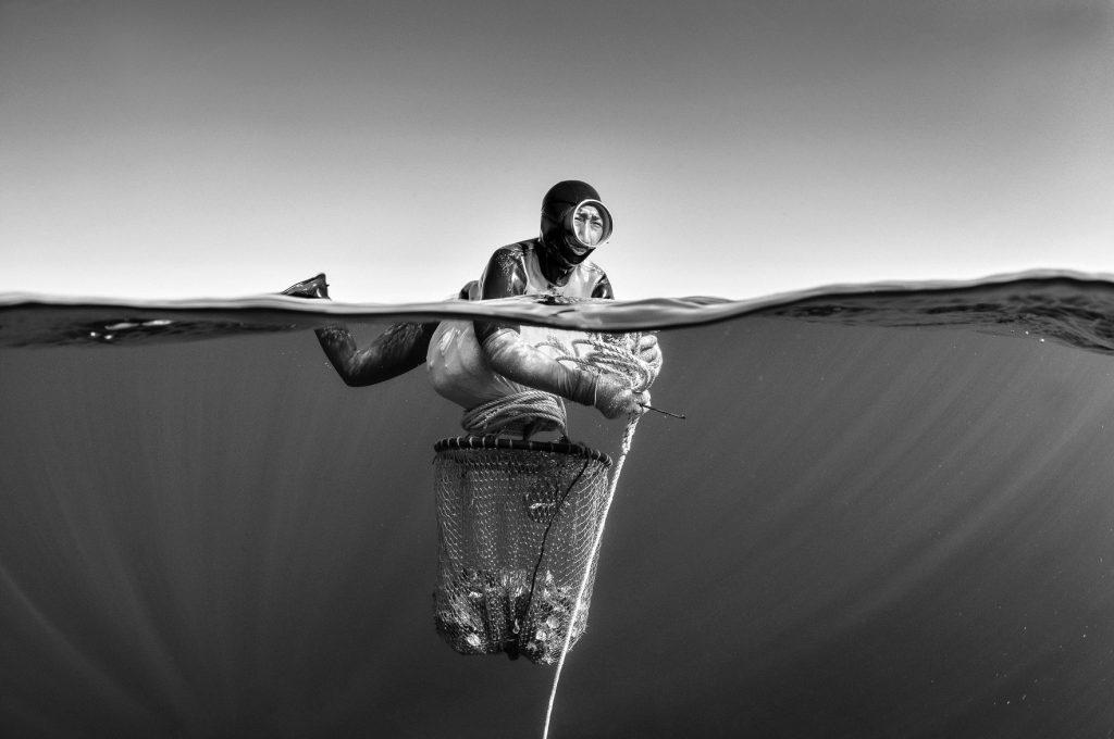 """foto em preto e branco da mergulhadora Haenyeo, parte da exposição """"Heanyeo, Mulheres do Mar"""" no MIS Foto"""