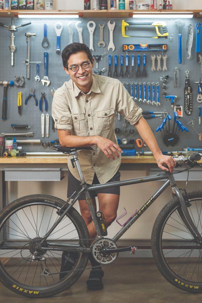 Manual ajuda as pessoas a terem mais independência com sua bicicleta