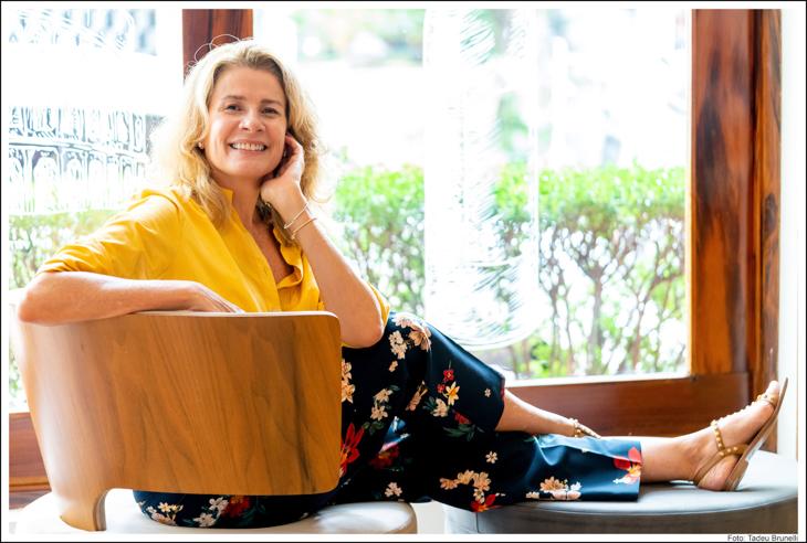 Mulher loira sentada descalça