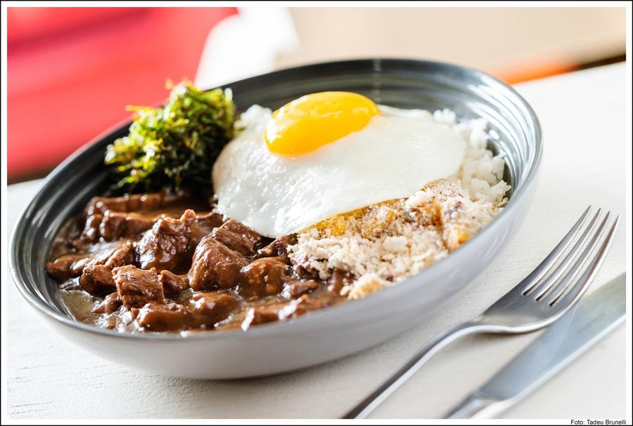 Picadinho de filé com arroz, farofa crocante. couve Flor e ovo do Vie Rose