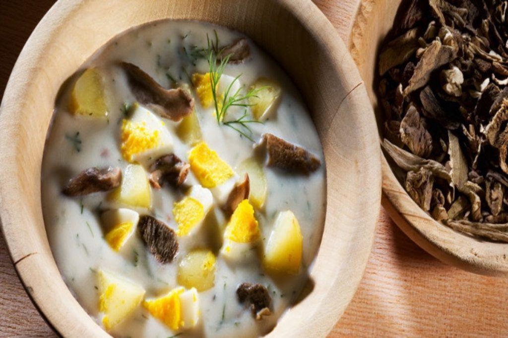Kulajda, tradicional sopa de cogumelos com ovo pochê da República Tcheca